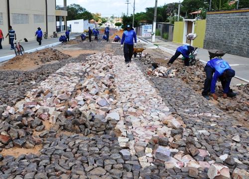 Recuperação da pavimentação poliédrica é reiniciada em quatro bairros da cidade