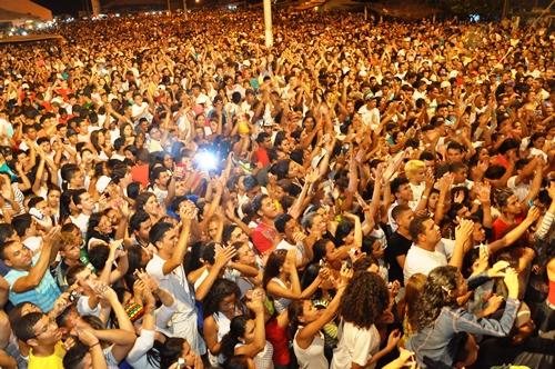 Gaby Amarantos arrasta multidão para réveillon na Pedra do Sal