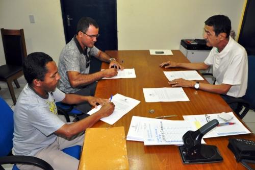 Prefeitura de Parnaíba entrega termo de posse a aprovados no concurso para zelador