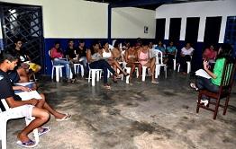 Moradores da Pedra do Sal recebem certificado do curso de garçom básico