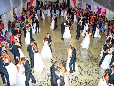 Baile de debutantes realiza sonho de adolescentes do projeto Menina Moça