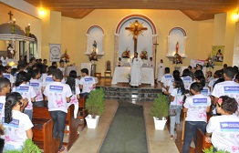 Debutantes do projeto Menina Moça participam de atos religiosos