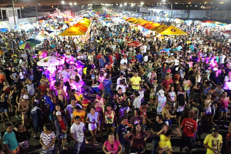 Terceira noite de Carnaval teve desfile, shows musicais e escolha da escola campeã