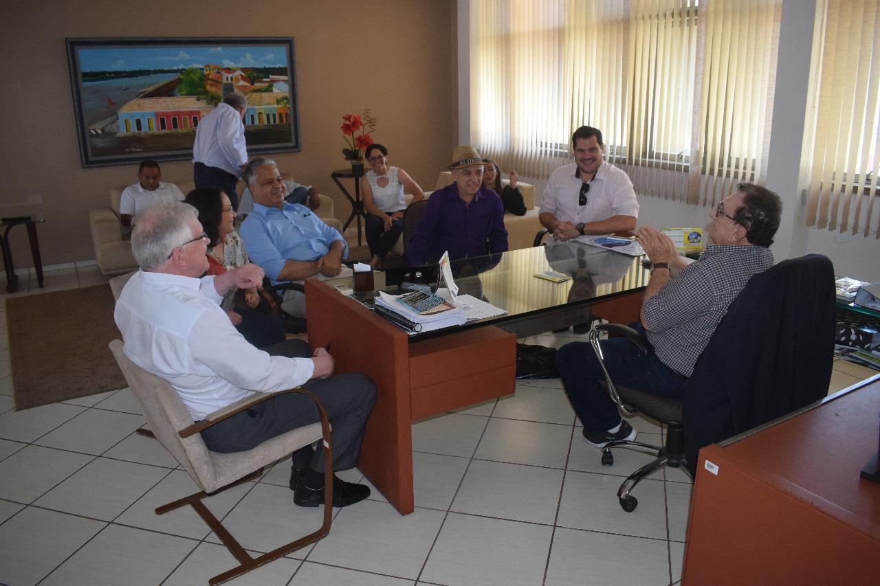 Prefeito Mão Santa recebe homenagem da Federação de Handebol do Piauí em seu gabinete