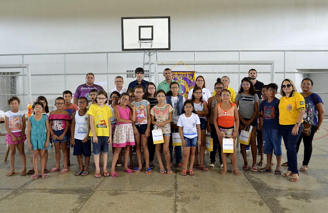 Parceria entre a Prefeitura e o Lions Club permite doação de óculos de grau para crianças de escola municipal