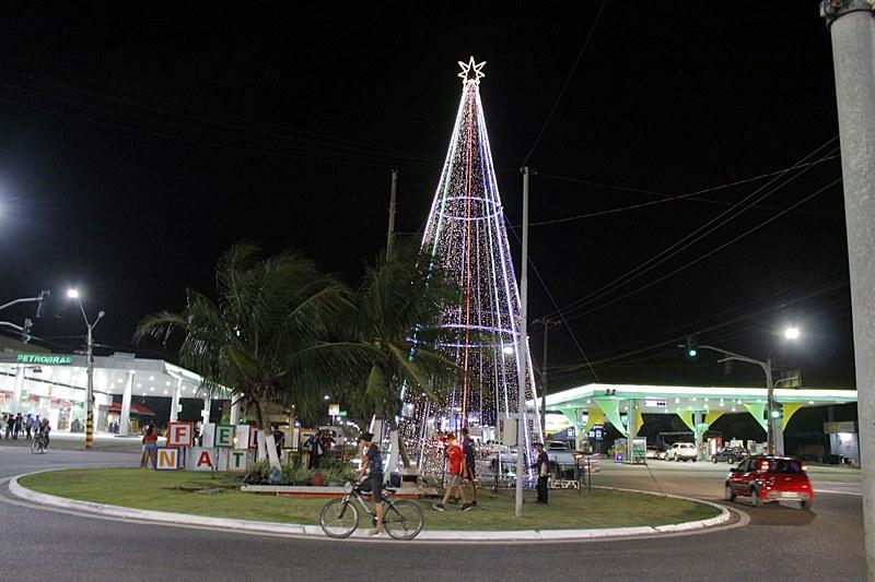 """Árvore com 18 metros de altura e 25 mil micro lâmpadas de led é acesa e embeleza ainda mais o """"Natal da cidade"""""""