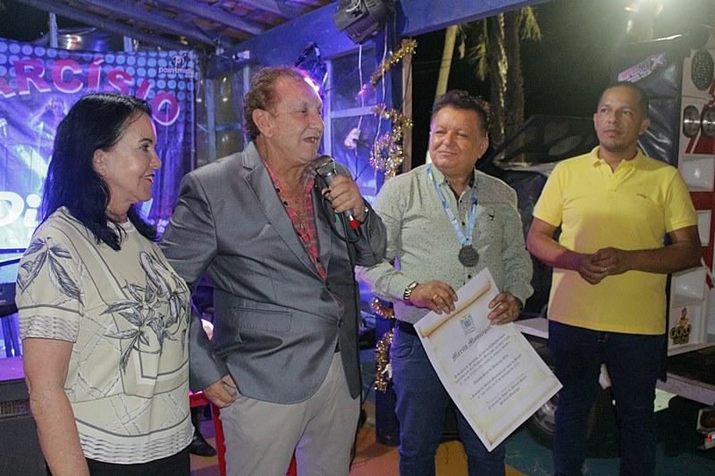 Prefeito Mão Santa homenageia jornalista durante confraternização