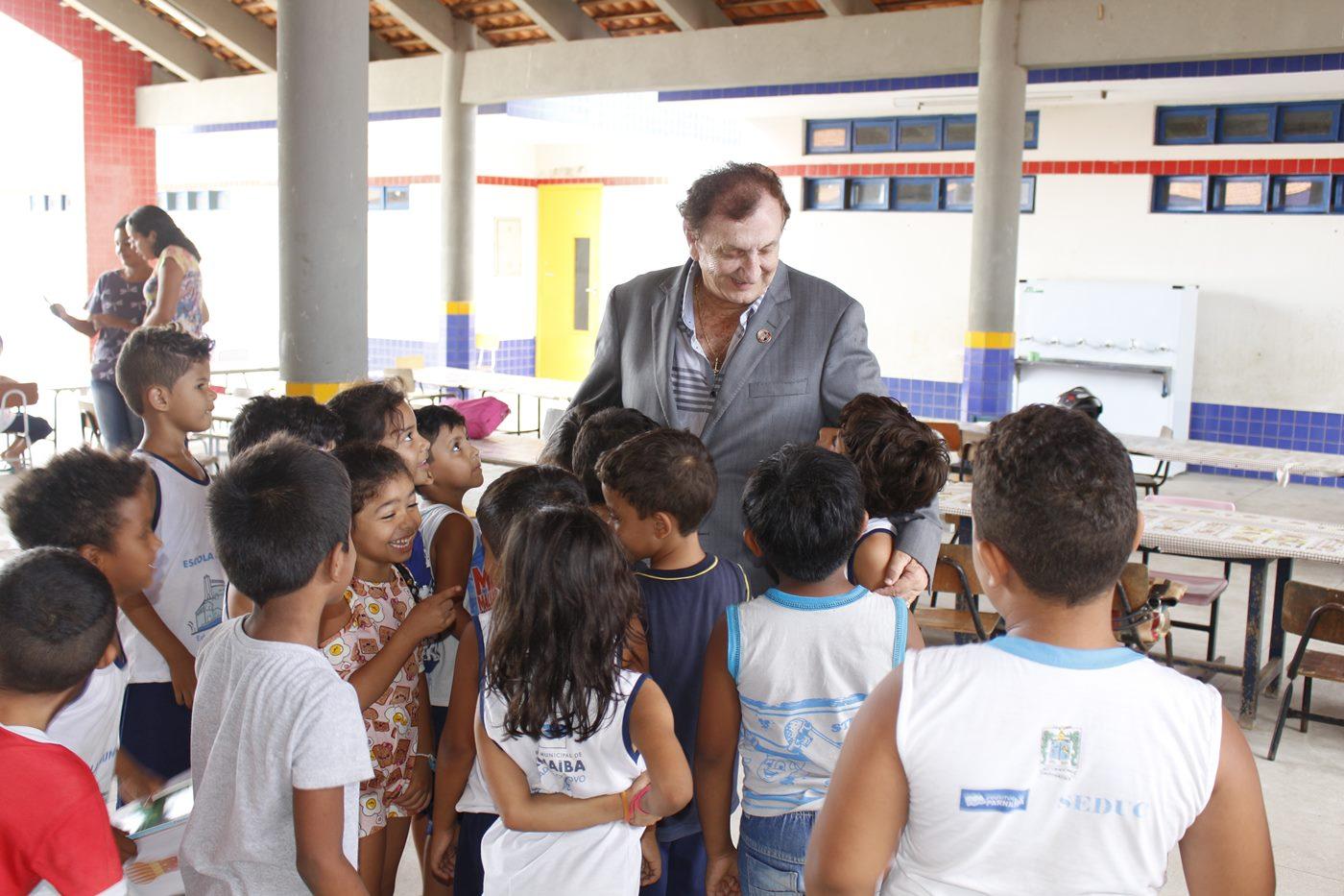 Prefeito Mão Santa realiza visita a escolas Municipais e homenageia diretora