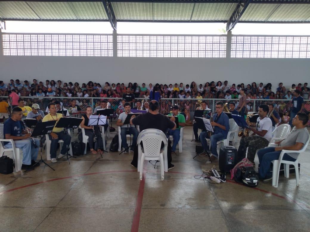 """Estudantes da rede municipal de Ensino participam de ensaio geral da """"Cantata de Mil Vozes"""""""