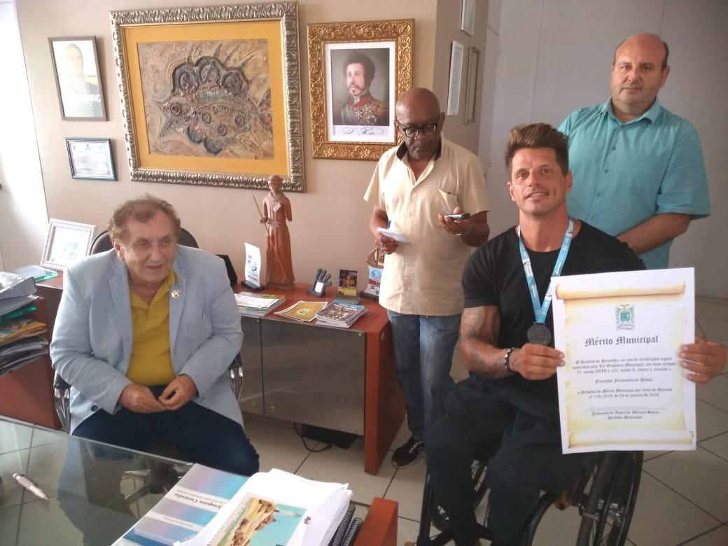 Mão Santa homenageia o tetracampeão paralímpico Fernando Fernandes