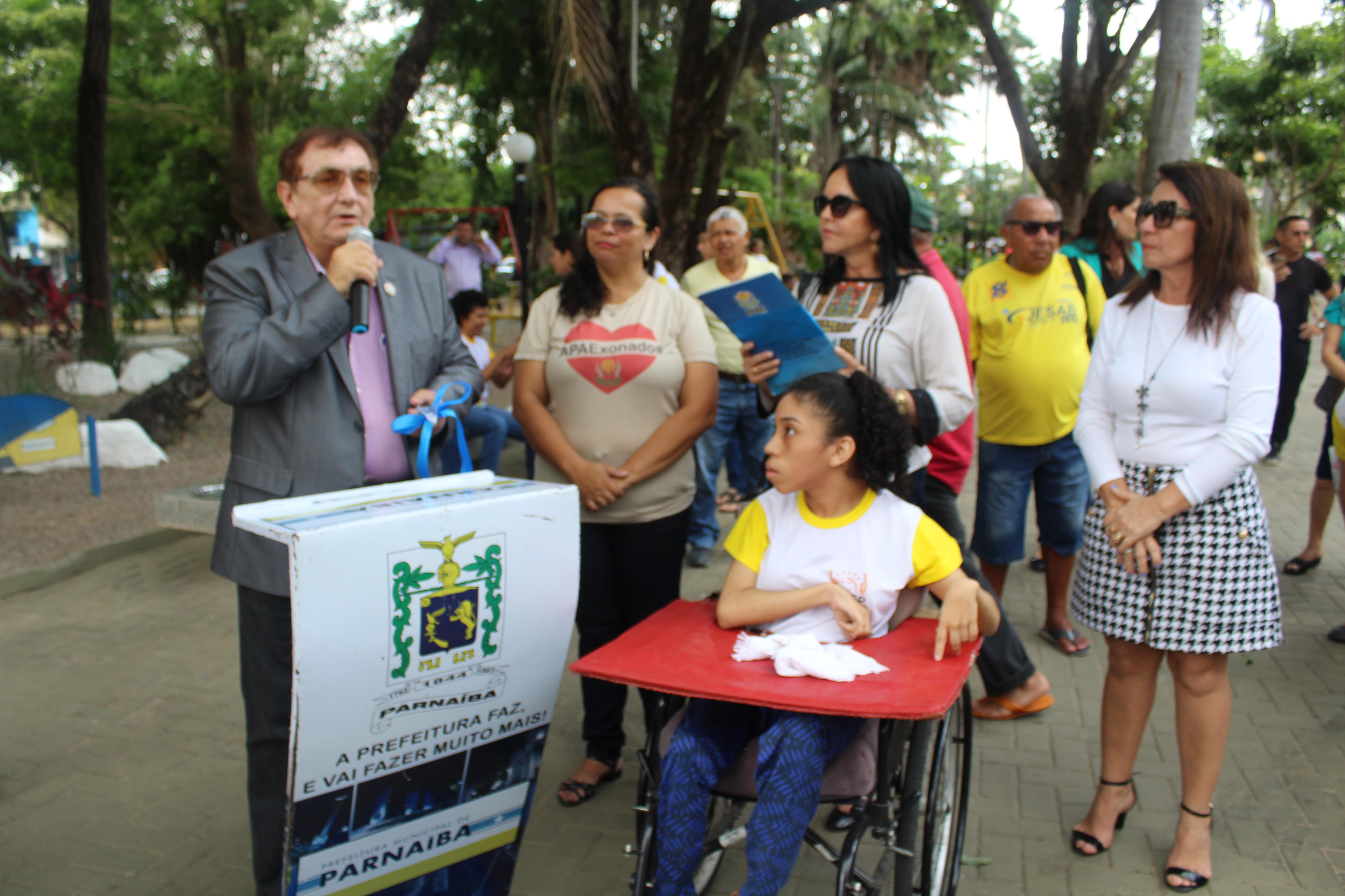 Mão Santa entrega veículo adaptado para a clínica de reabilitação da APAE