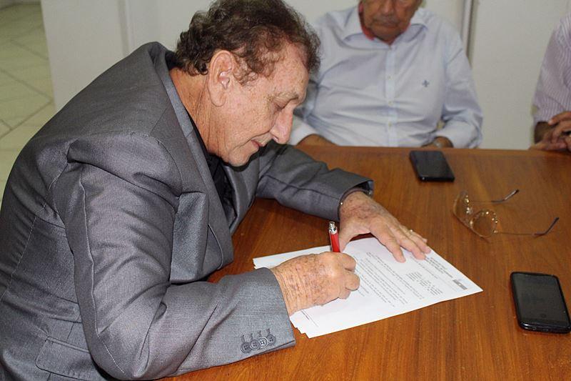 Prefeito Mão Santa sanciona título de cidadania parnaibana à Jair Bolsonaro e esposa