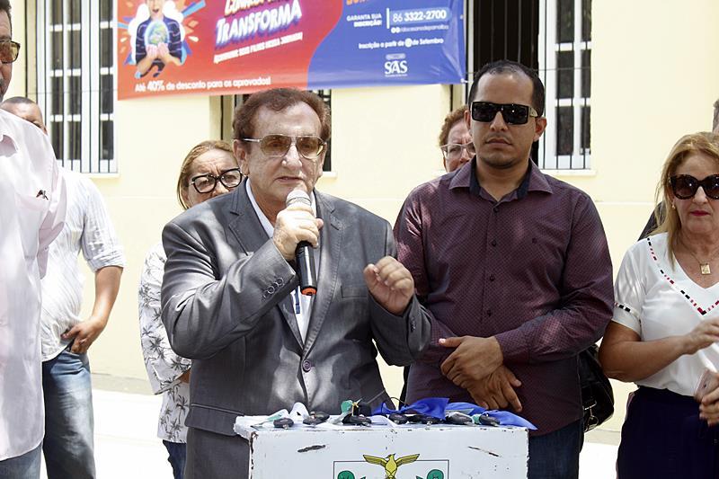 Mão Santa entrega 07 veículos novos à Secretaria Municipal de Educação