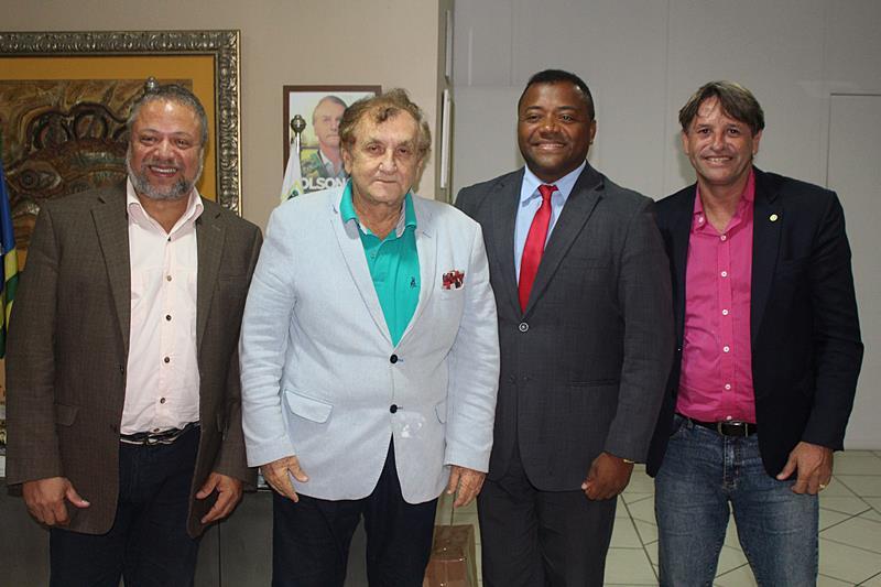 Mão Santa recebe representantes de grupo com interesse em investir na área hospitalar em Parnaíba