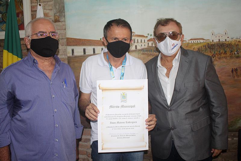 Mão Santa concede diploma e medalha do Mérito Municipal a empresário Mateus Rodrigues