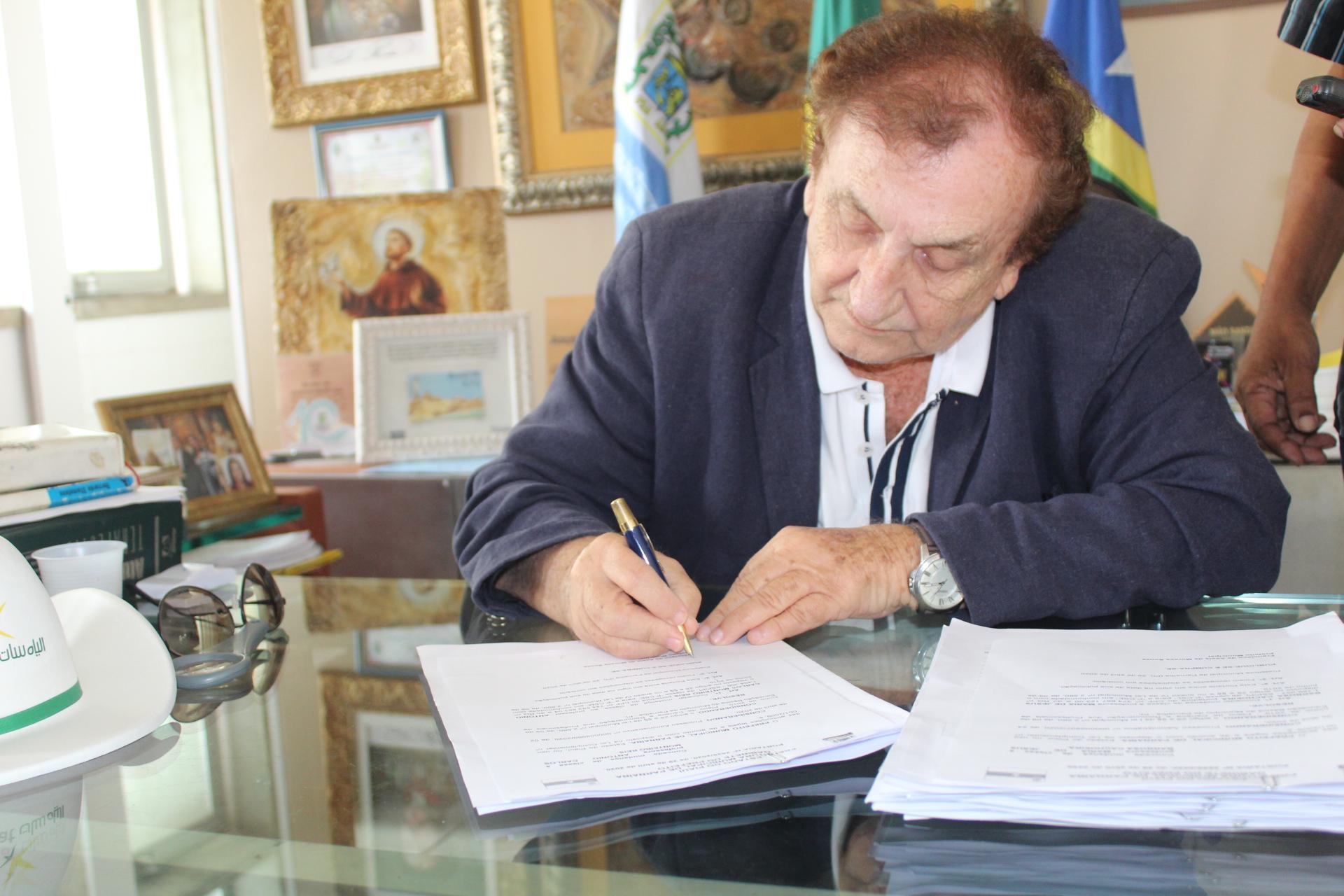 """Prefeito Mão Santa assina novos processos de """"mudança de classe"""" de professores municipais"""