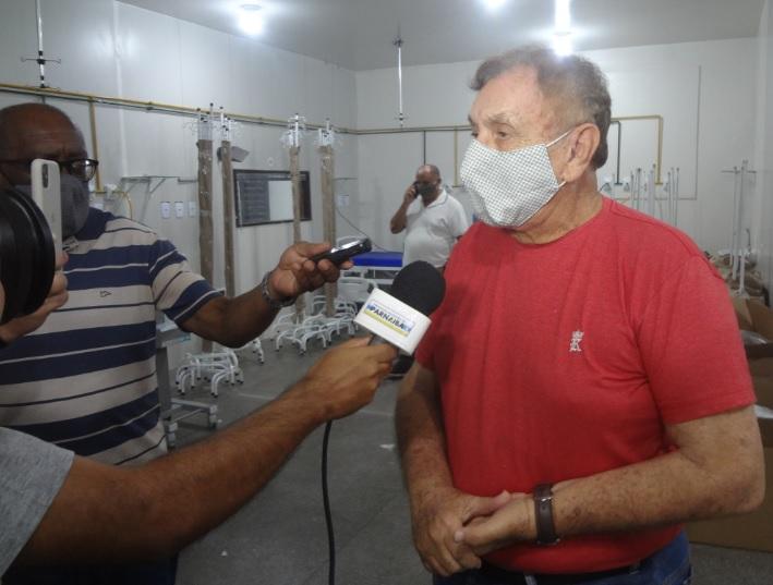 Prefeito Mão Santa inspeciona instalação de respiradores e equipamentos de UTI no Hospital de Campanha