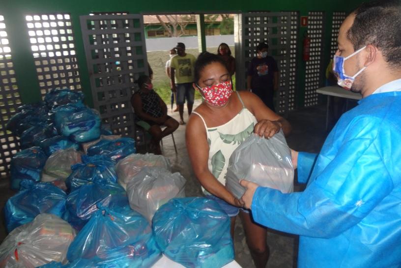 Prefeitura de Parnaíba entrega kits de merenda escolar a famílias de estudantes em situação de vulnerabilidade