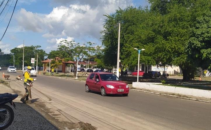 Prefeitura de Parnaíba realiza manutenção preventiva e poda de árvores no passeio da Av. São Sebastião