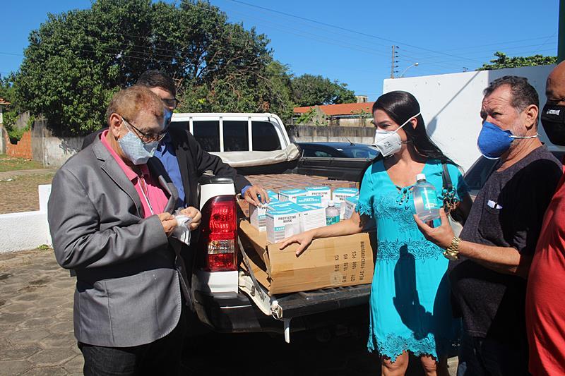 Mão Santa recebe do empresário Virgeleno Machado doação de insumos ao Hospital de Campanha
