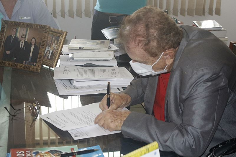 Prefeito Mão Santa concede gratificação a servidores municipais