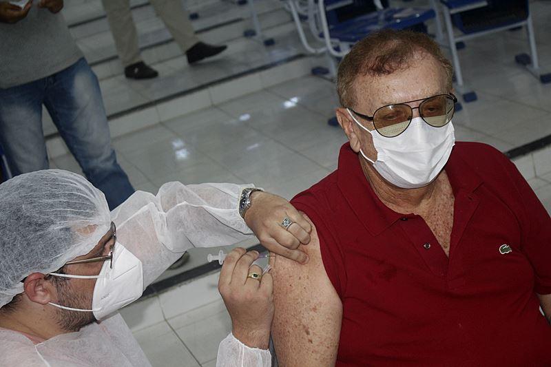 Prefeito Mão Santa recebe segunda dose de vacina contra COVID-19