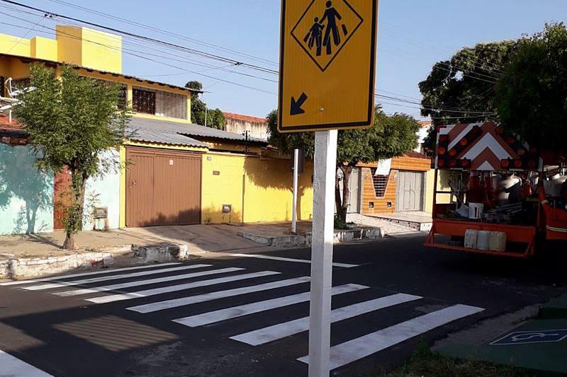 Prefeitura de Parnaíba continua sinalização de ruas e avenidas